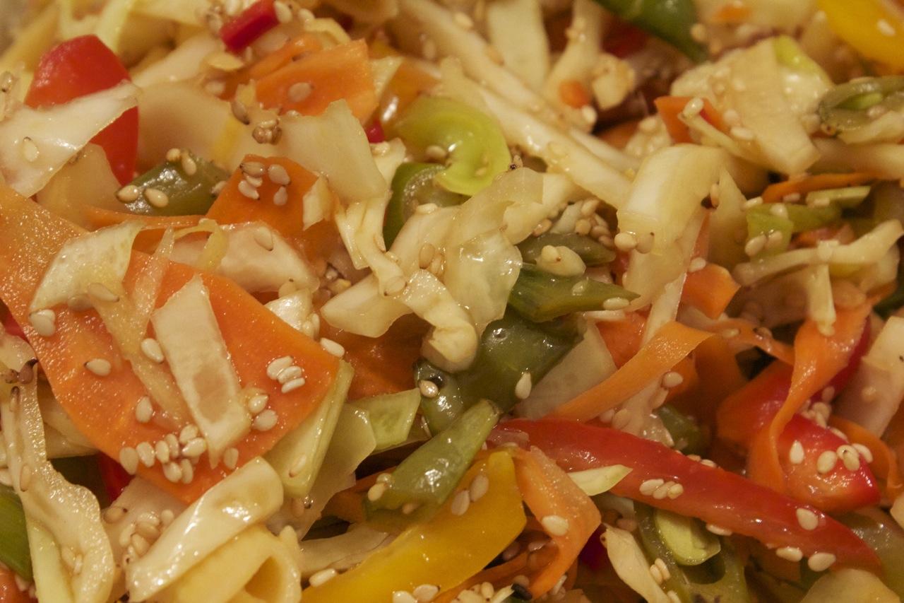 Asiatisk salat med fuldkornsnudler